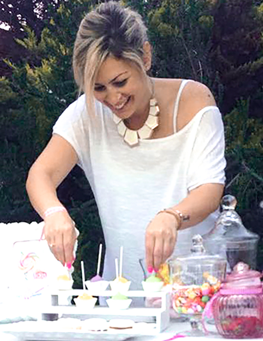 wedding planner on action event planner setting candy bar on set work διοργανωση γαμου βαπτισης παρτυ παρτι εκδηλωσεων στησιμο εν ωρα εργασιας καντι μπαρ χρωματα γυναικα κοπελα girl woman business